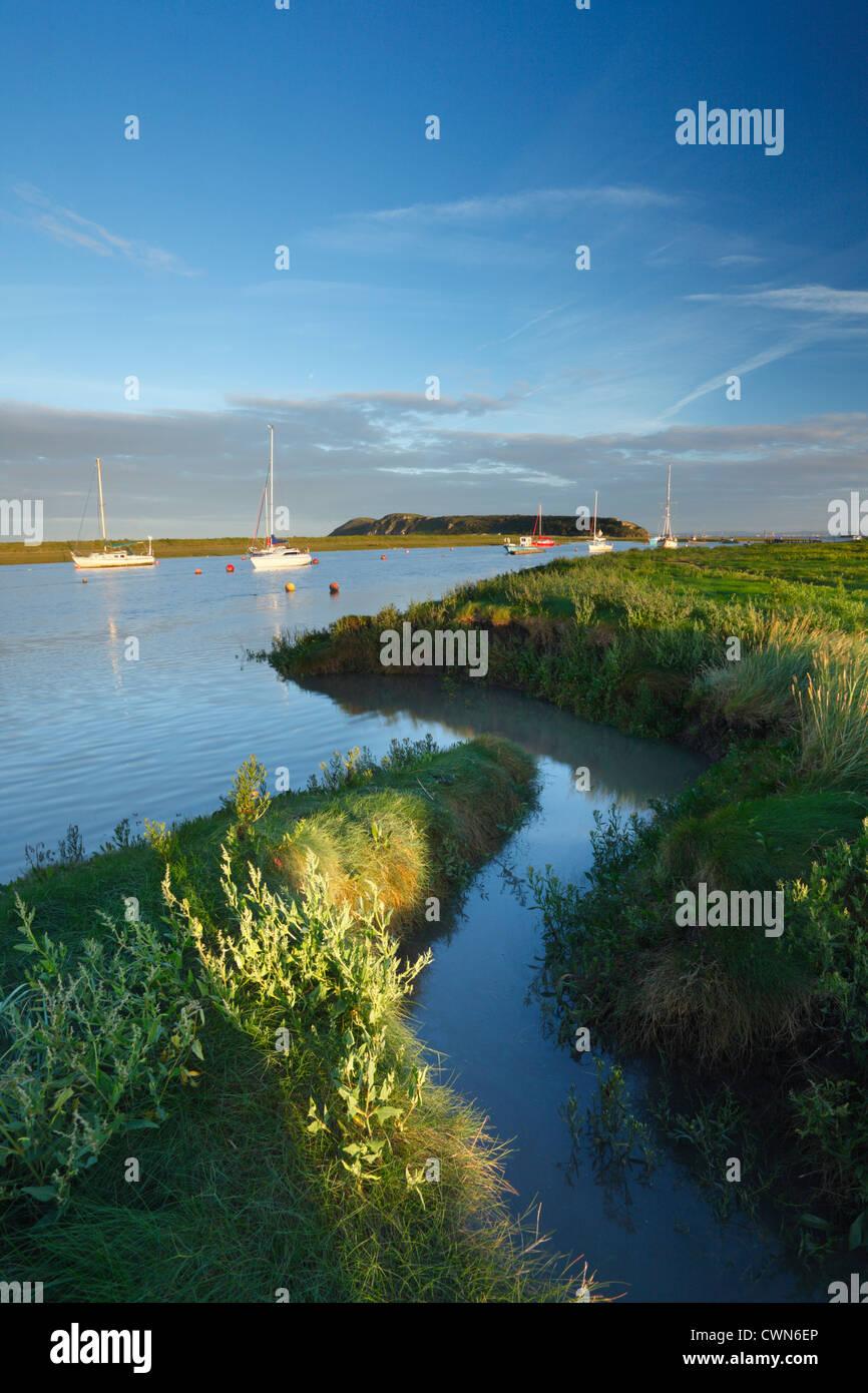 Ax estuario del río en marea alta con Brean abajo en la distancia. Cerca de subida, Somerset. Inglaterra. En Imagen De Stock