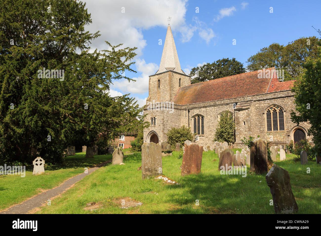 Pluckley iglesia parroquial de San Nicolás y el cementerio con la reputación de ser perseguido por dos Imagen De Stock