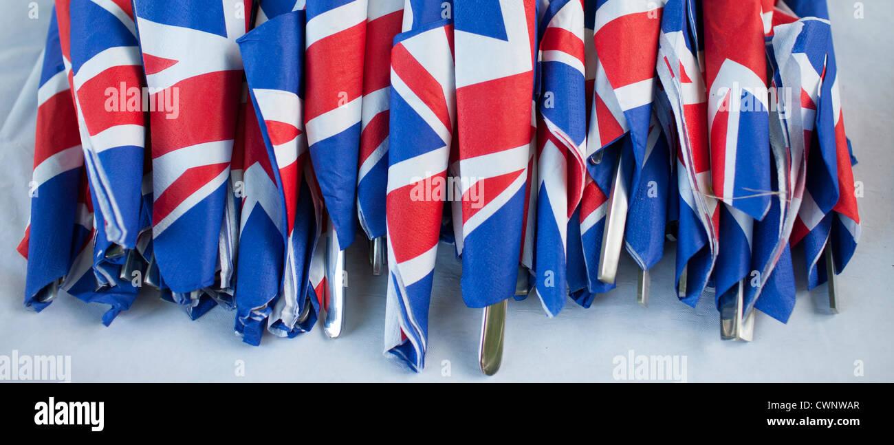 Union Jack banderas en servilletas como gesto patriótico para el jubileo fiesta callejera celebraciones en Imagen De Stock