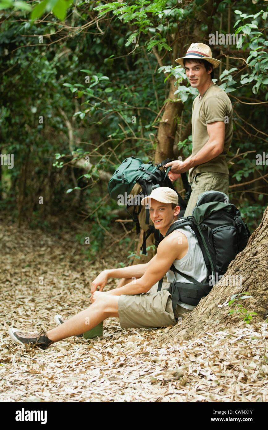 Excursionistas tomando un descanso en el bosque Foto de stock