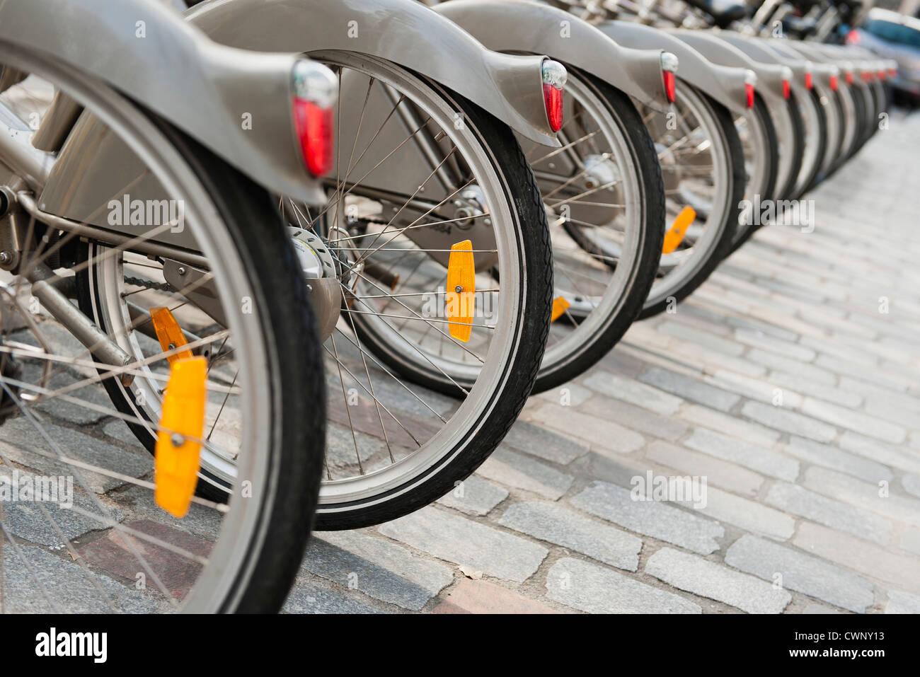 Bicicletas aparcadas en una fila, recortadas Imagen De Stock