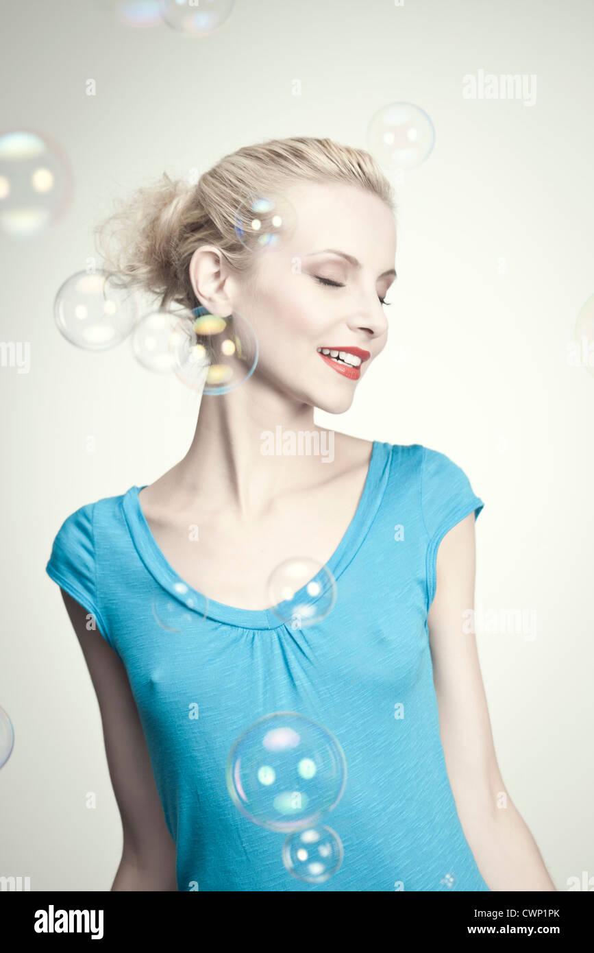 Mujer joven rodeado de burbujas Imagen De Stock