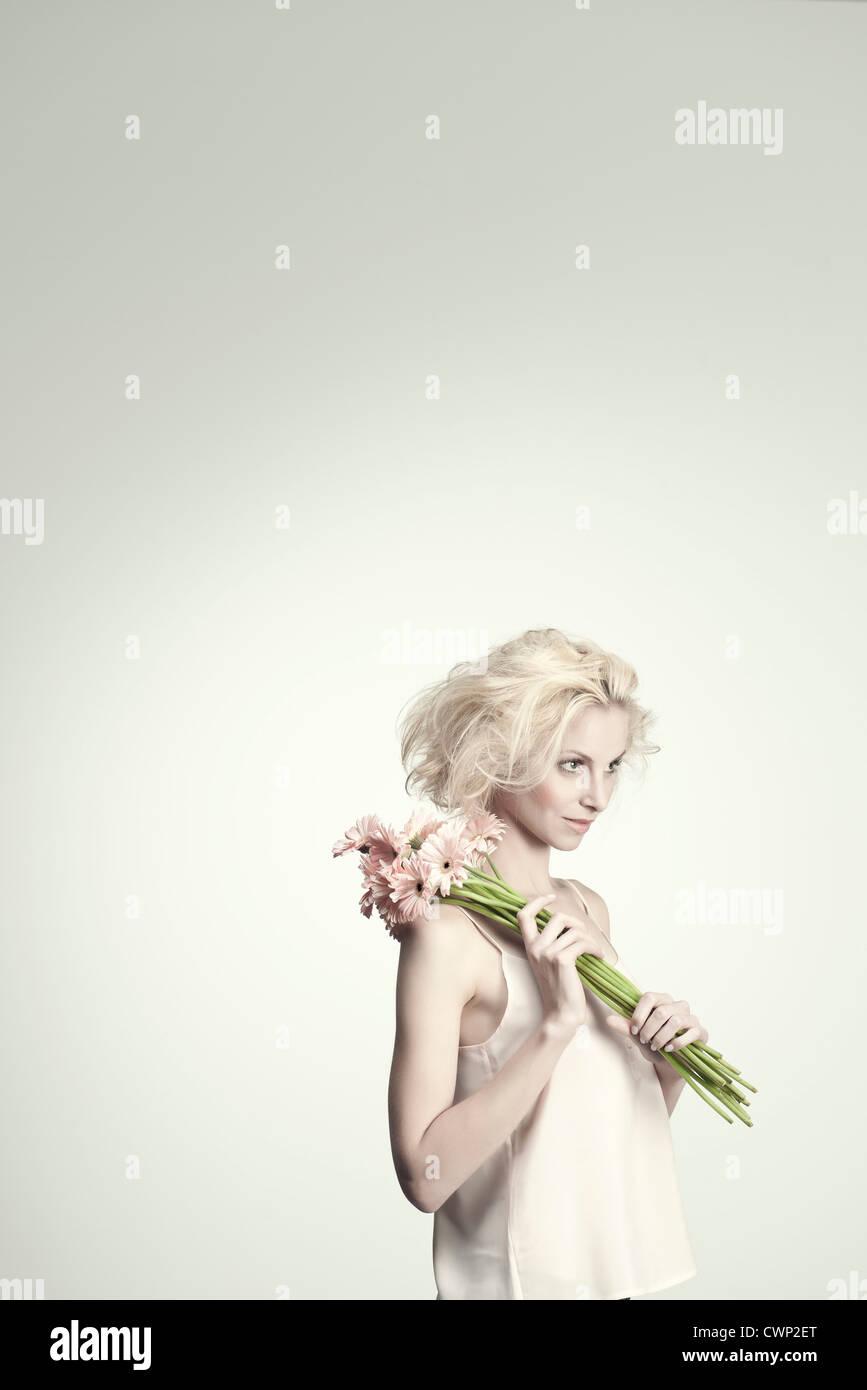 Mujer joven sosteniendo ramo de gerberas, margaritas, Retrato Imagen De Stock