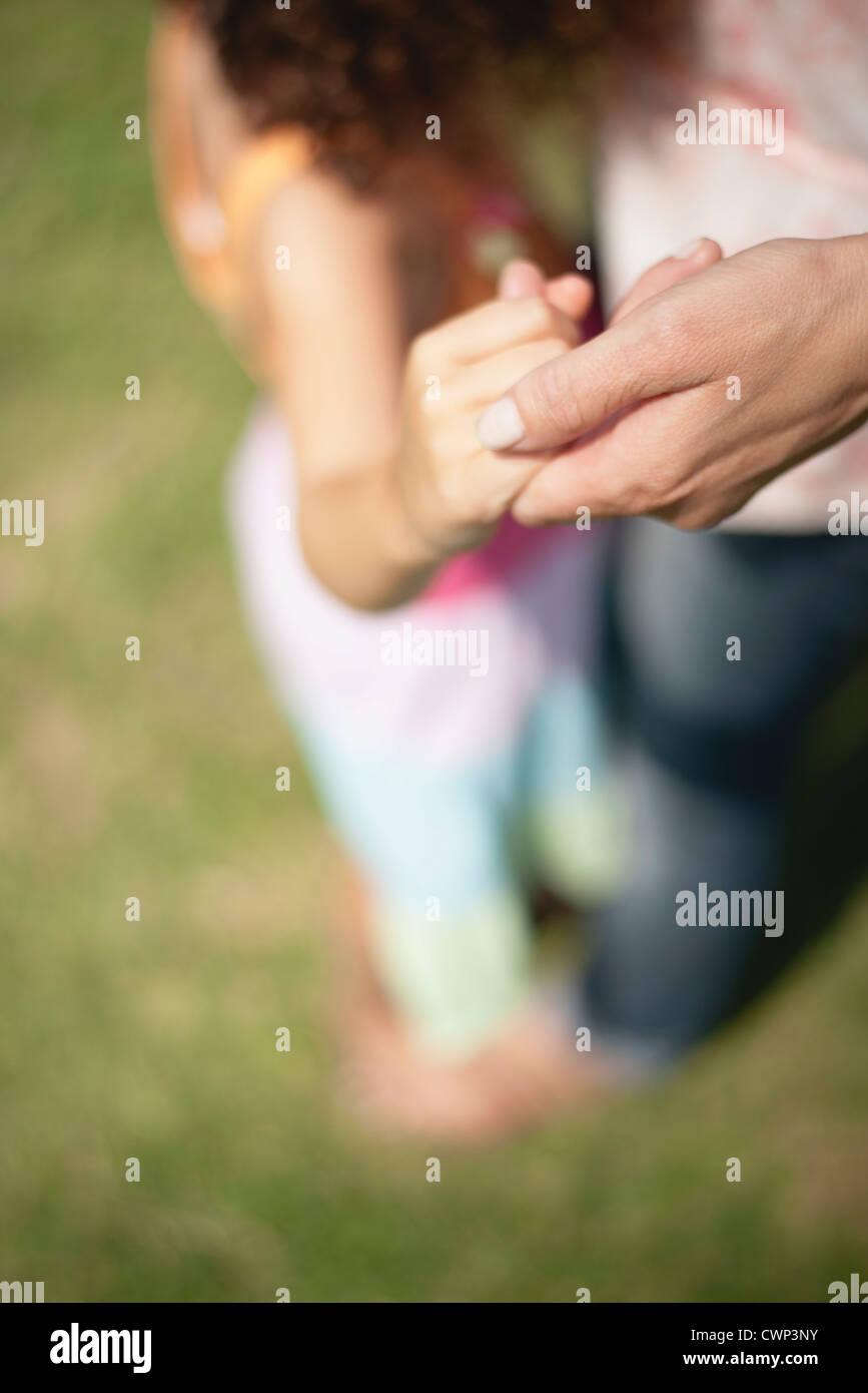 Las manos de la madre y la hija, recortadas Imagen De Stock
