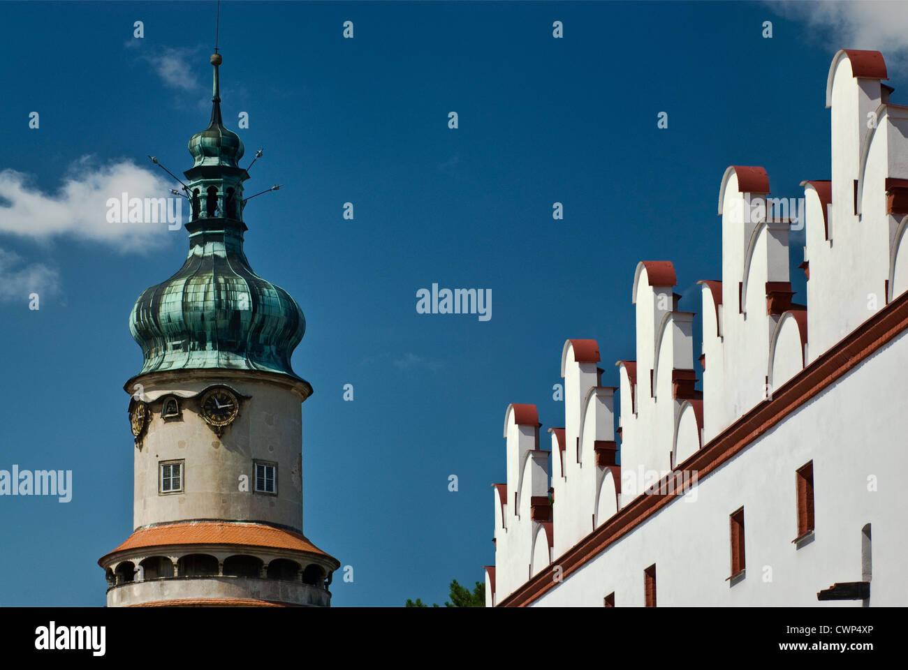 Torre de castillo y en el ático del edificio en Nové Město nad Metují en Hradec Králové Imagen De Stock