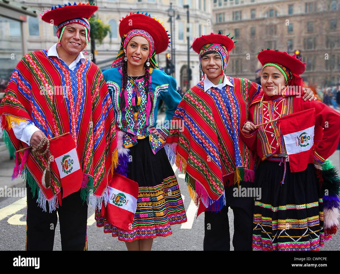 En el Reino Unido. Inglaterra. Londres. Cuatro personas en traje tradicional peruano durante las celebraciones del Imagen De Stock