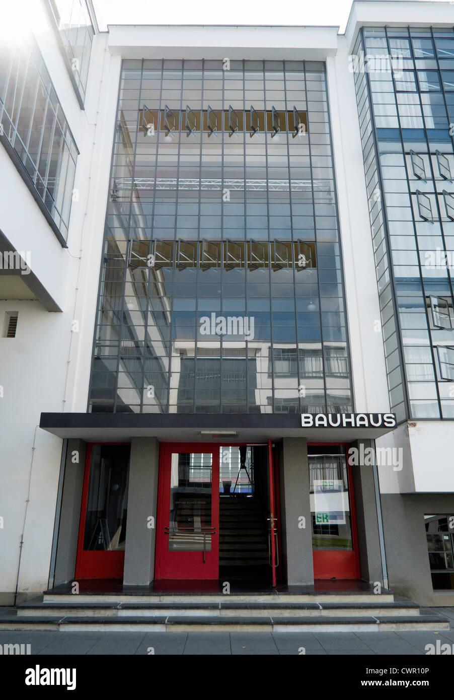 Edificio Bauhaus y escuela de arquitectura diseñada por Walter Gropius en Dessau Alemania Imagen De Stock