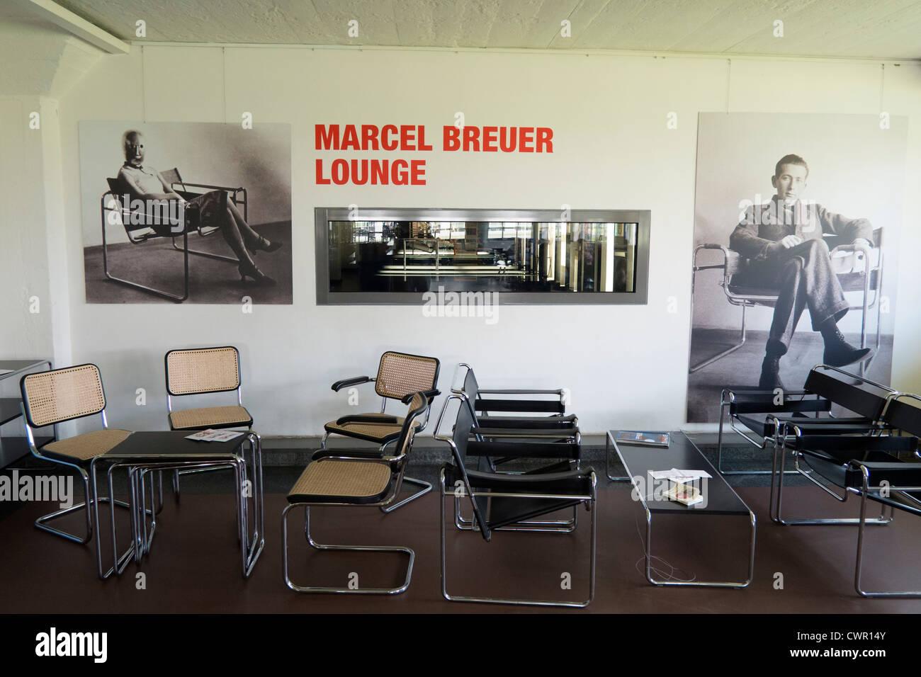 Café en el edificio de la Bauhaus y la escuela de arquitectura diseñada por Walter Gropius en Dessau Alemania Imagen De Stock