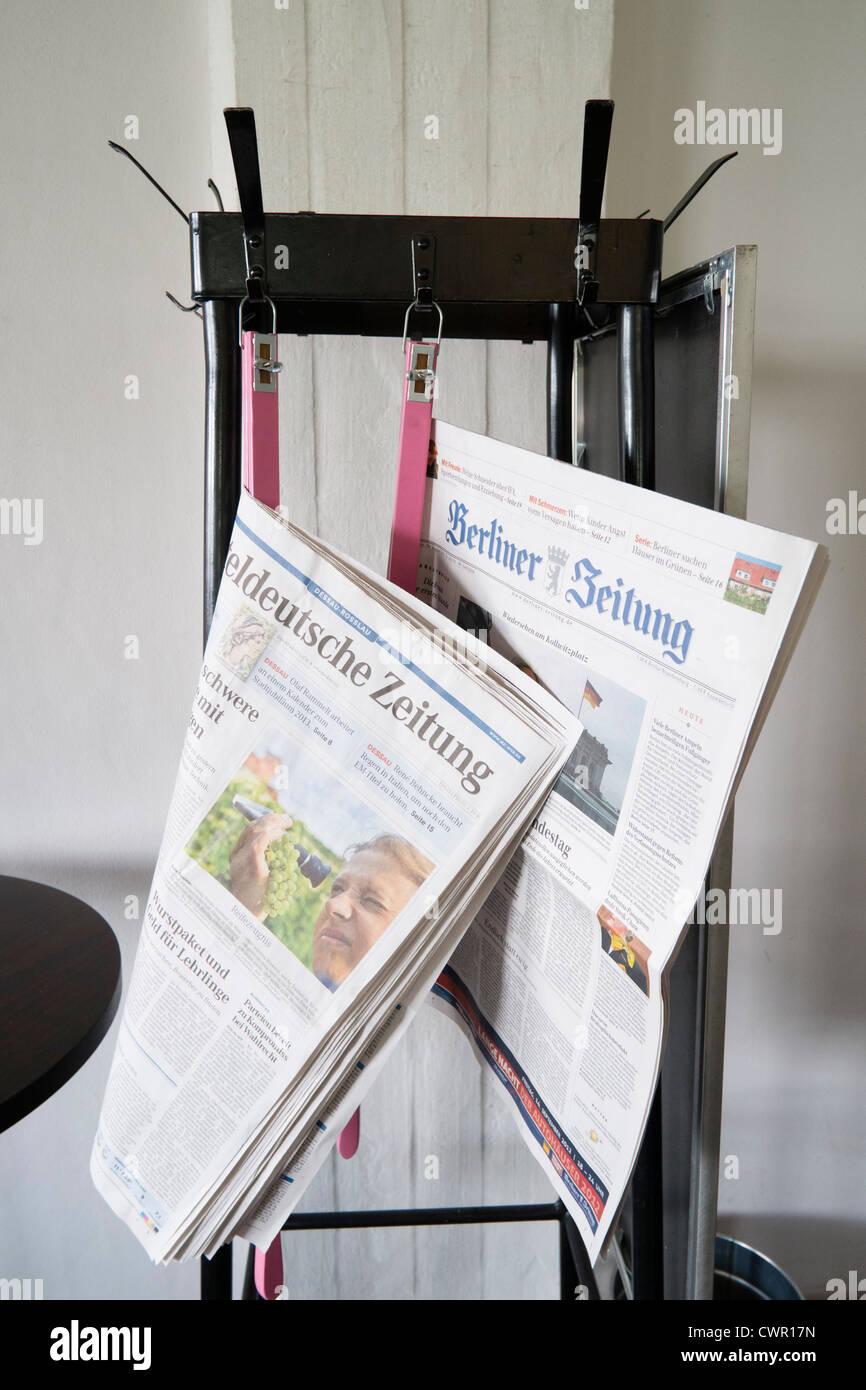 Los periódicos en el stand de café en el edificio de la Bauhaus y la escuela de arquitectura diseñada Imagen De Stock