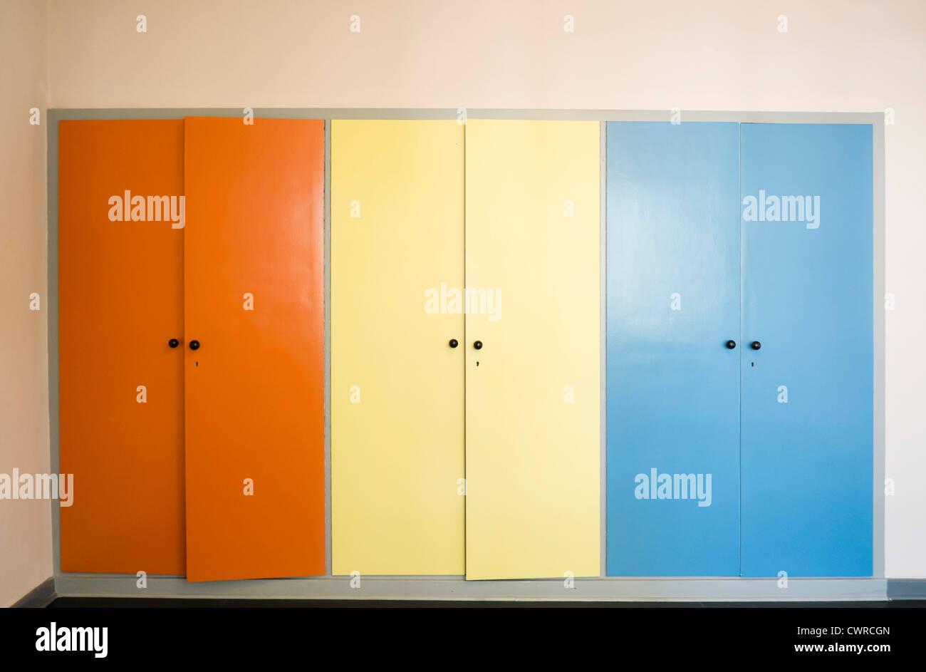 Armario en dormitorio; arquitectura Bauhaus en las casas de los maestros por Walter Gropius en Dessau Ebertallee Imagen De Stock