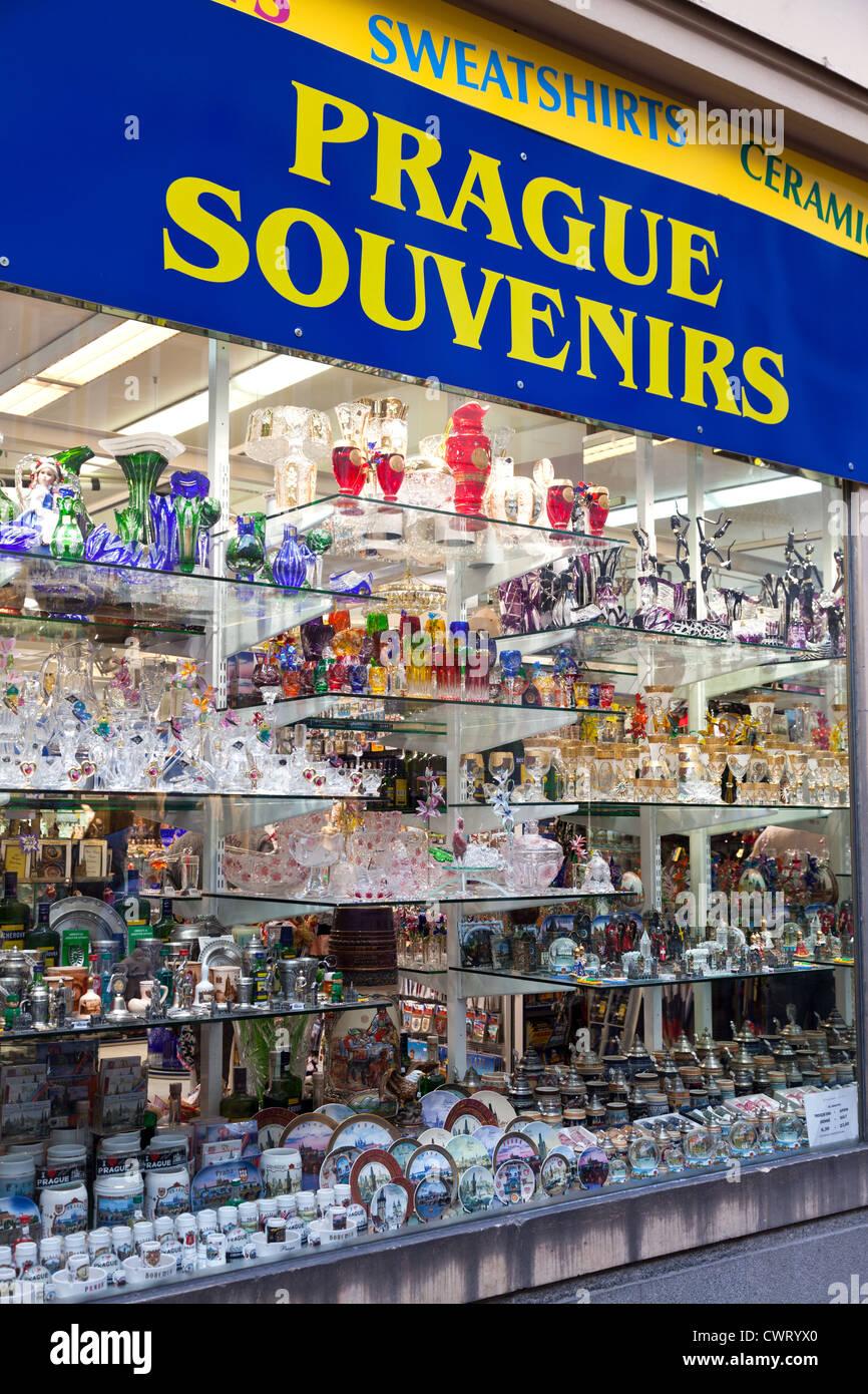 La Ciudad Vieja de Praga tiene muchas tiendas de souvenirs y puestos de venta de cristalería y joyas de oro. Imagen De Stock