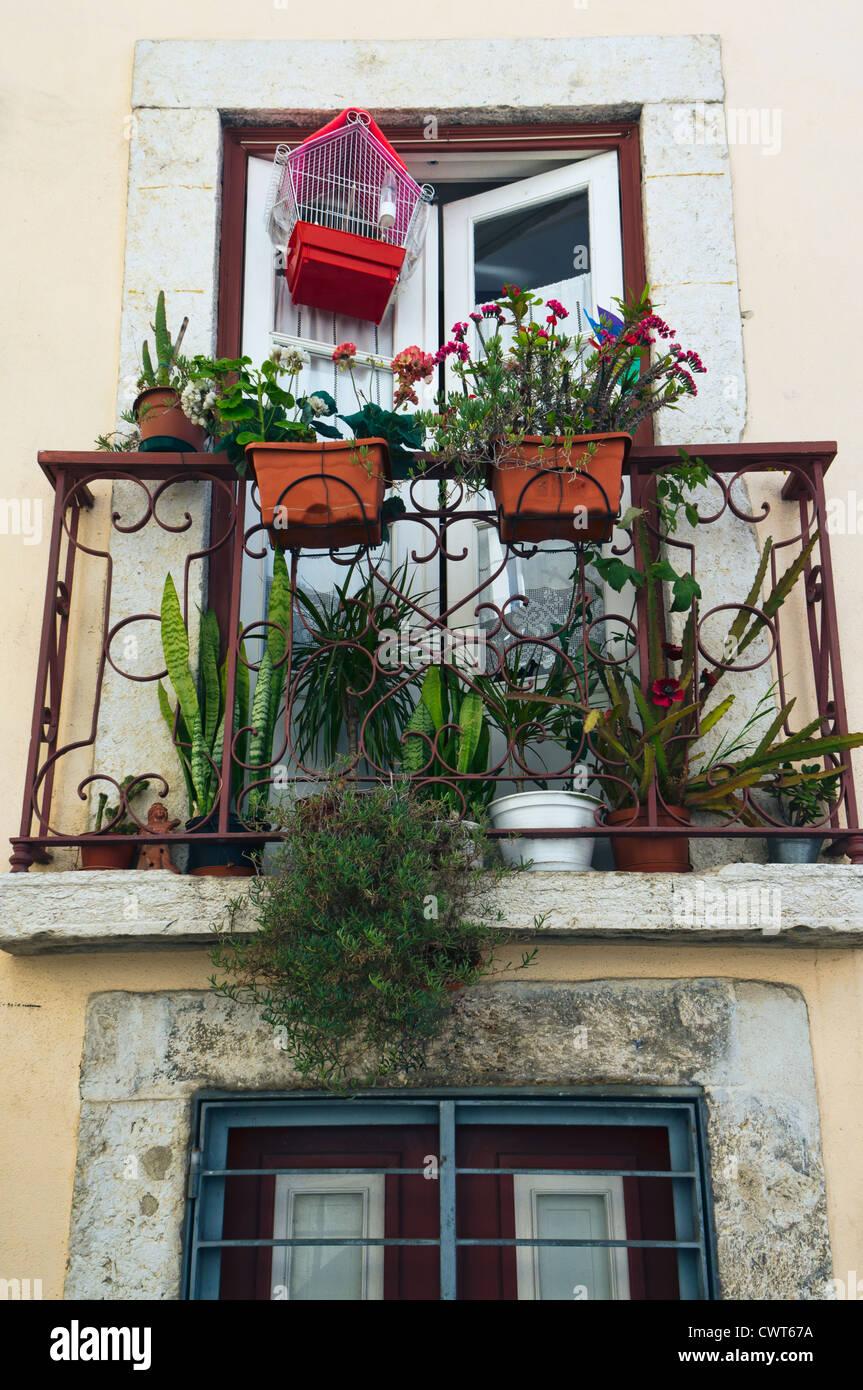 Balcón Florido en Alfama, un barrio antiguo de Lisboa, Portugal. Imagen De Stock