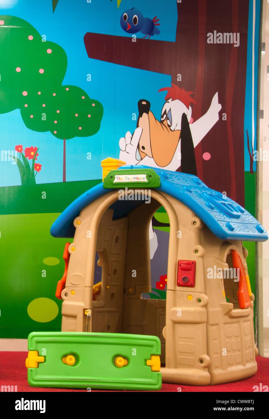 Casa de juguete y deslizar en una guardería, preescolar Imagen De Stock