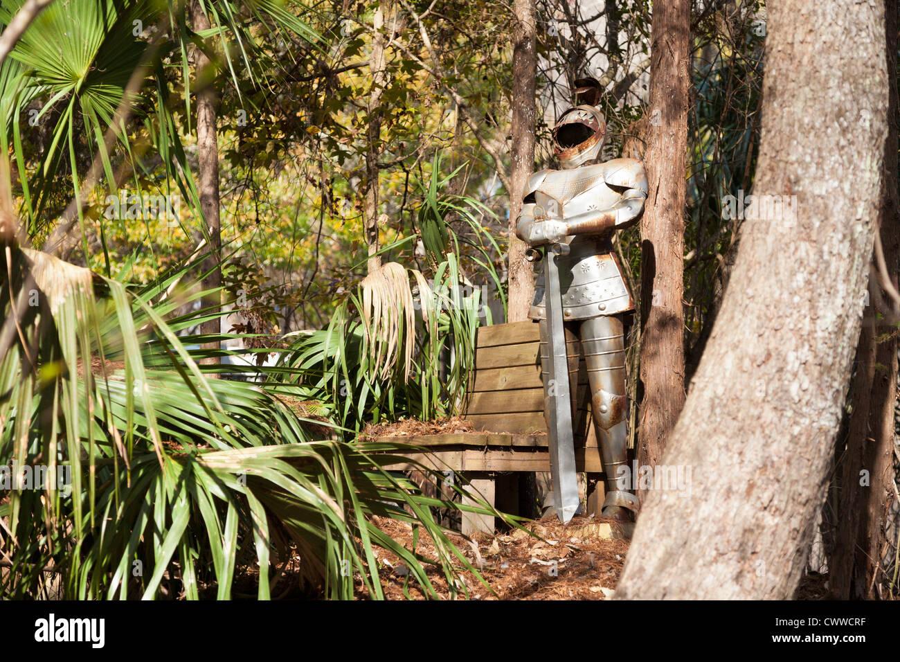 Armadura de metal junto al banco para sentarse en la zona boscosa de ...