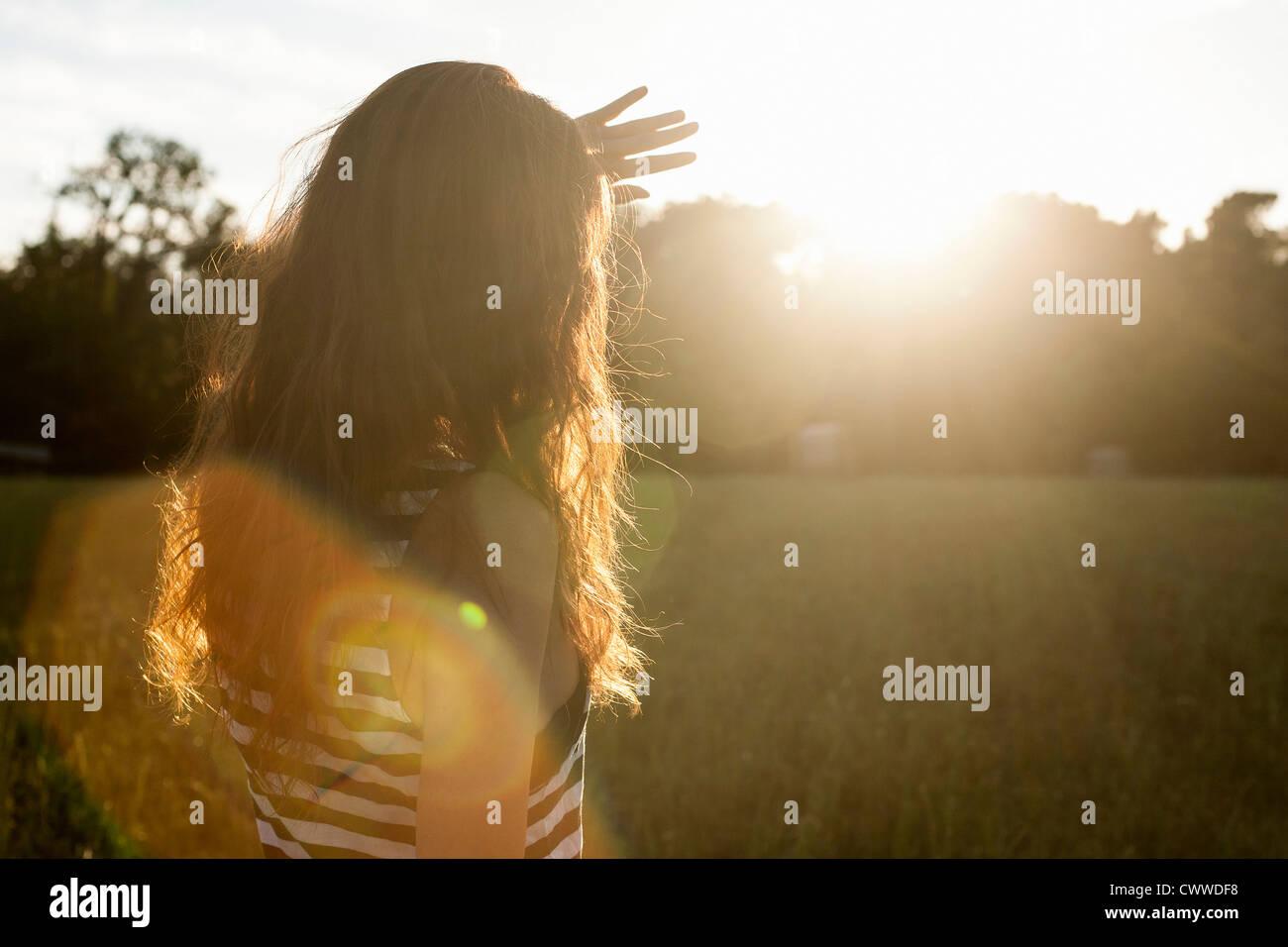 Mujer el blindaje de sus ojos del sol Imagen De Stock