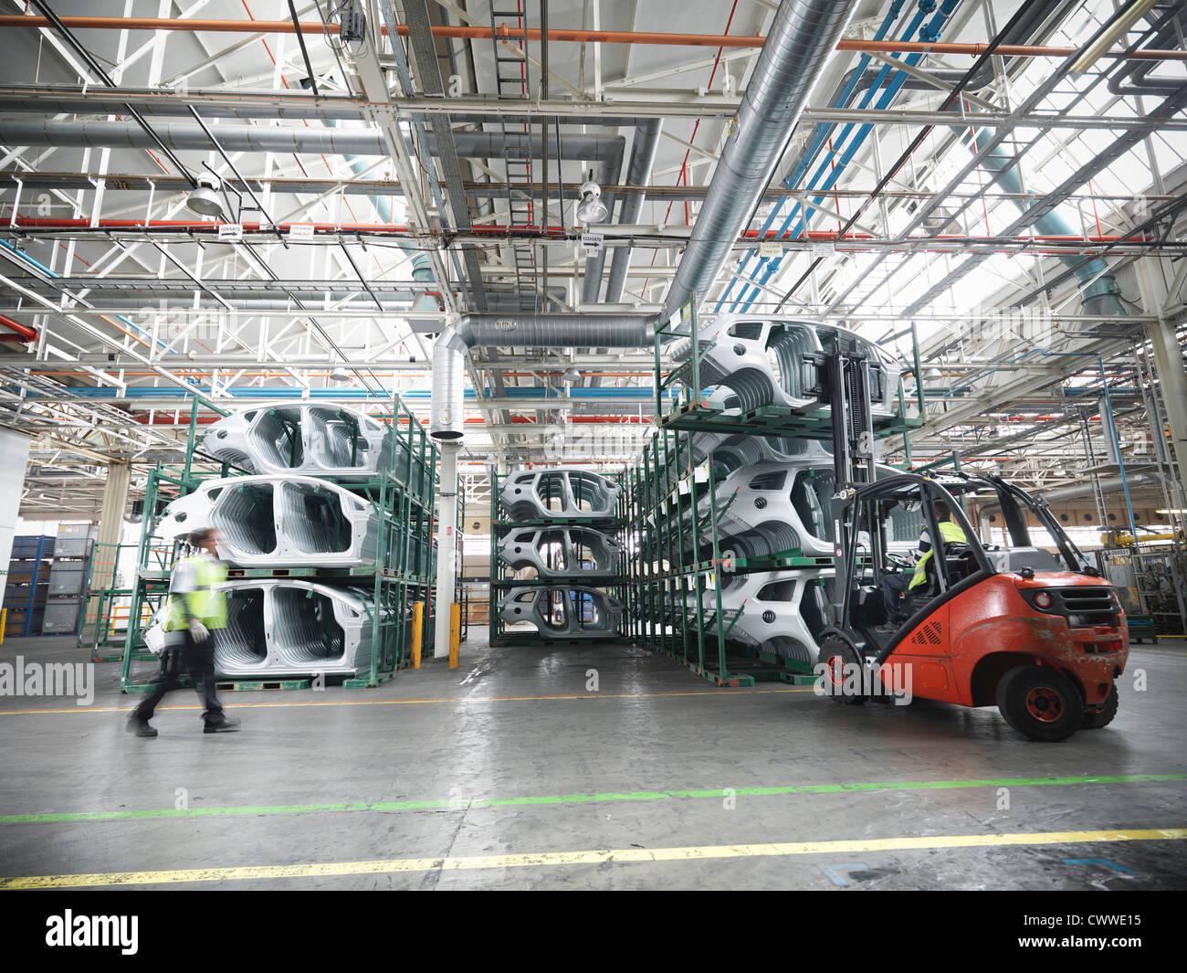 Las piezas del coche en la fábrica de automóviles Imagen De Stock