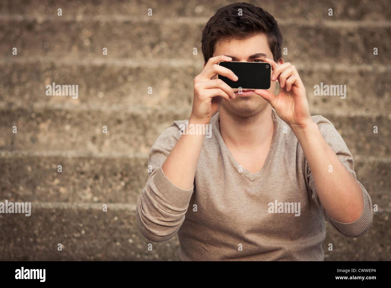 Hombre tomar la fotografía con teléfono móvil Imagen De Stock