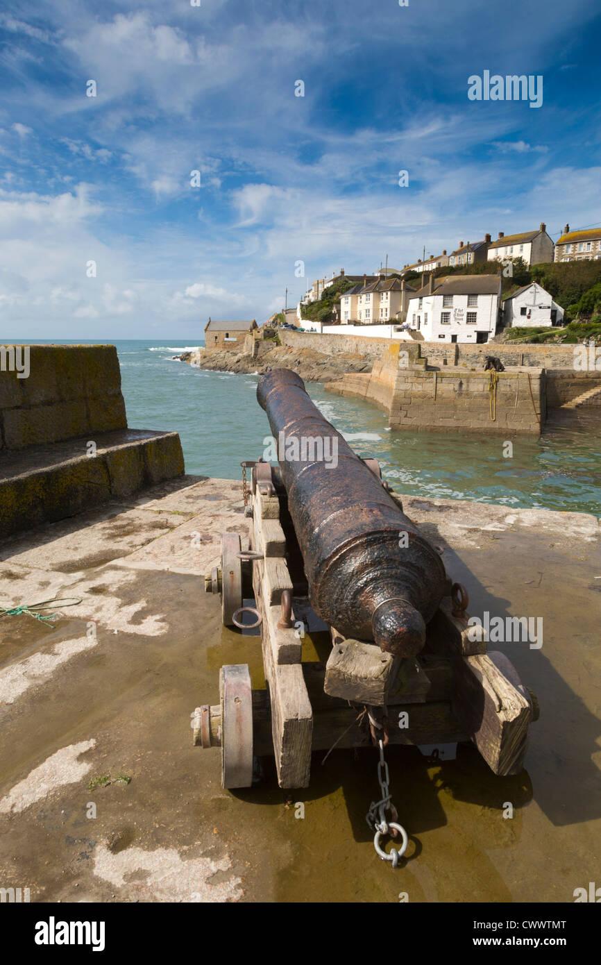Porthleven Harbour; canon; Cornwall; UK Foto de stock
