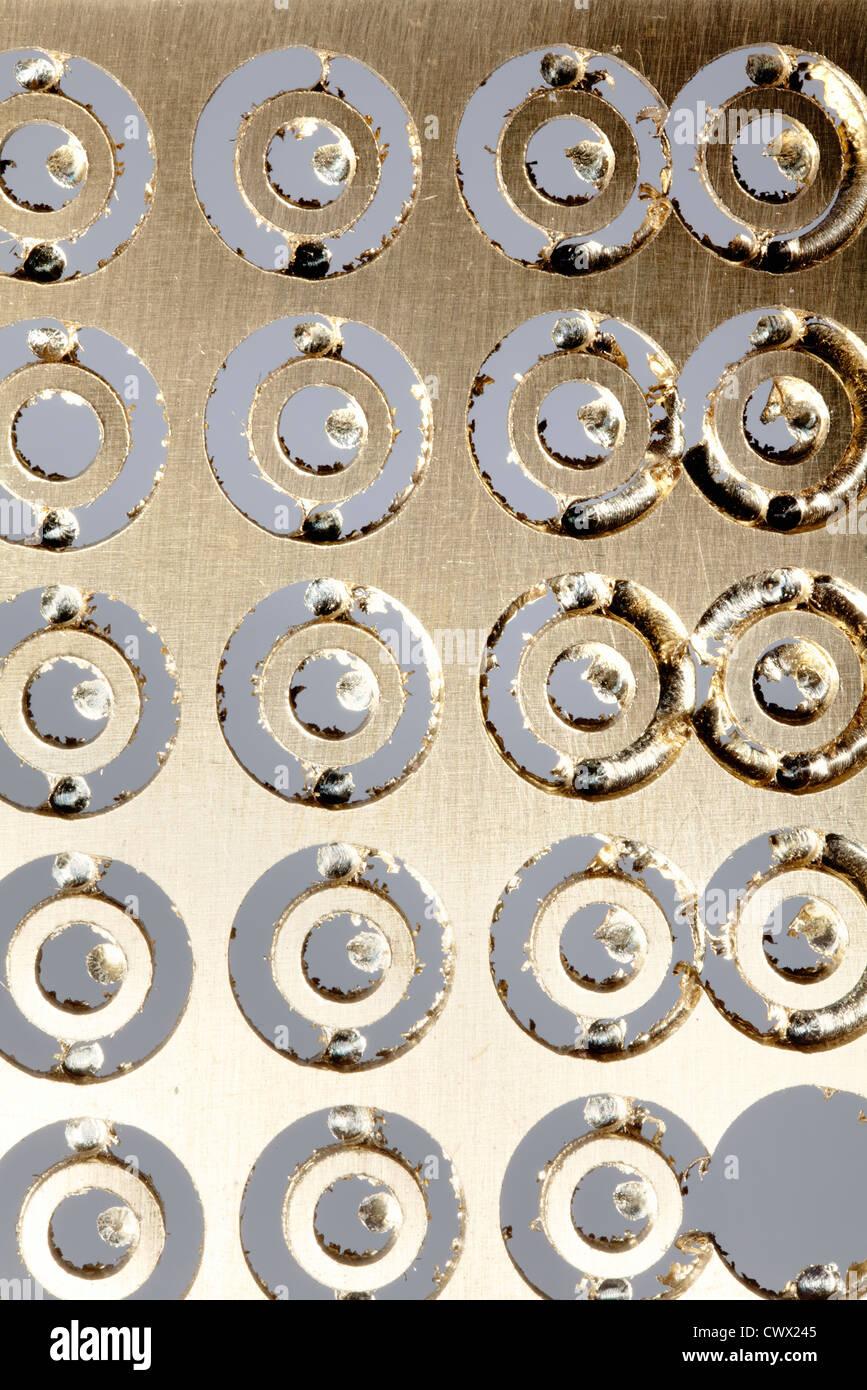 Hoja de latón con agujeros redondos, Chatarra de latón Imagen De Stock