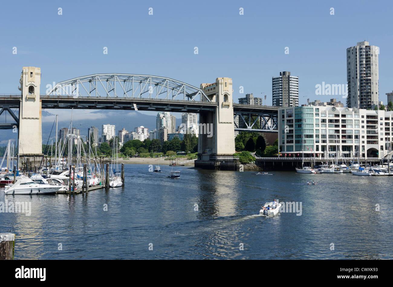Vista desde la isla de Granville cruzando la bahía mostrando Burrard St Bridge y del centro de Vancouver, Canadá Imagen De Stock