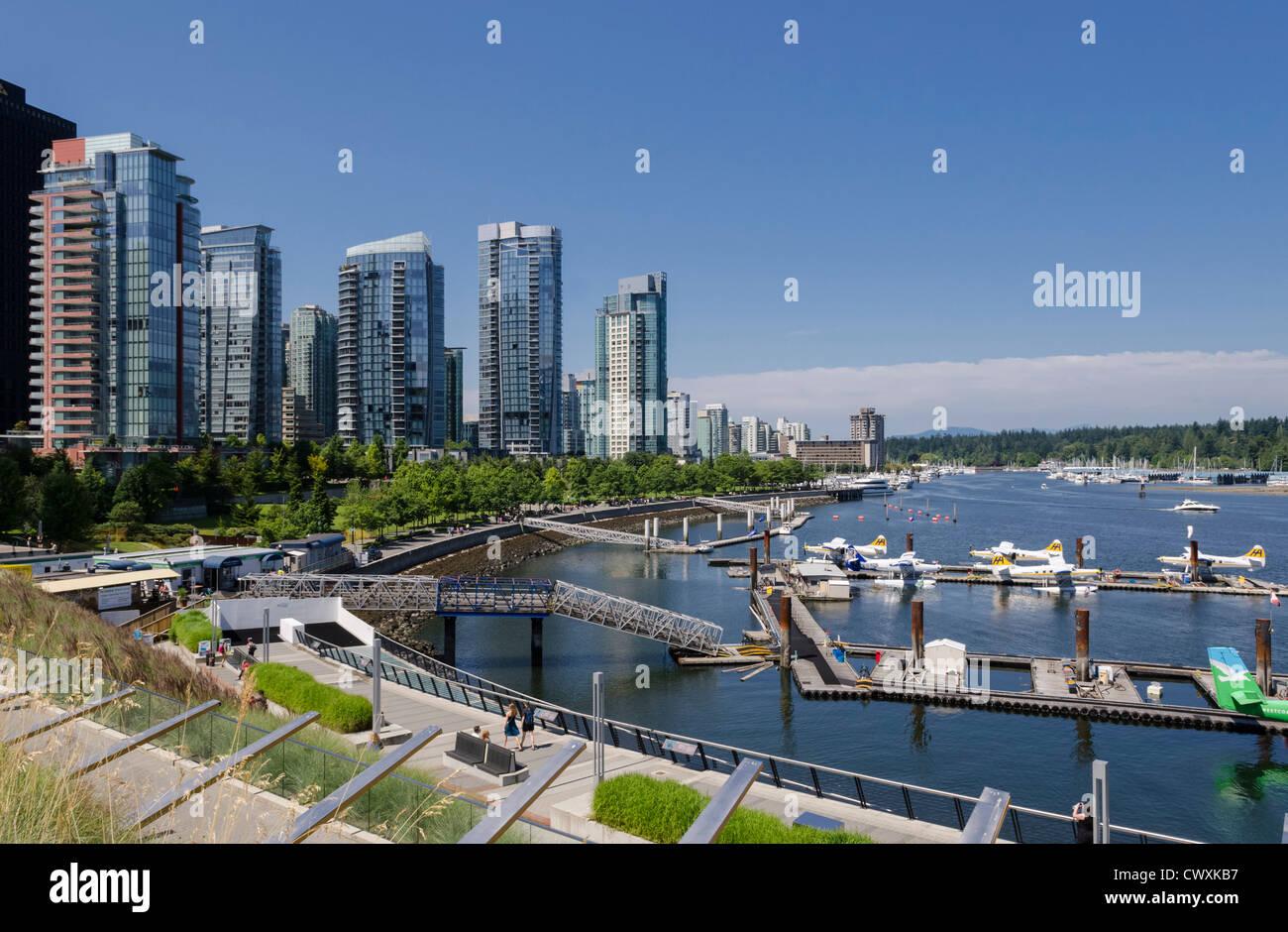 El puerto de Vancouver Aeropuerto Agua y apartamentos, West Cordova Street y Harbour Green Park, Vancouver, Canadá. Imagen De Stock