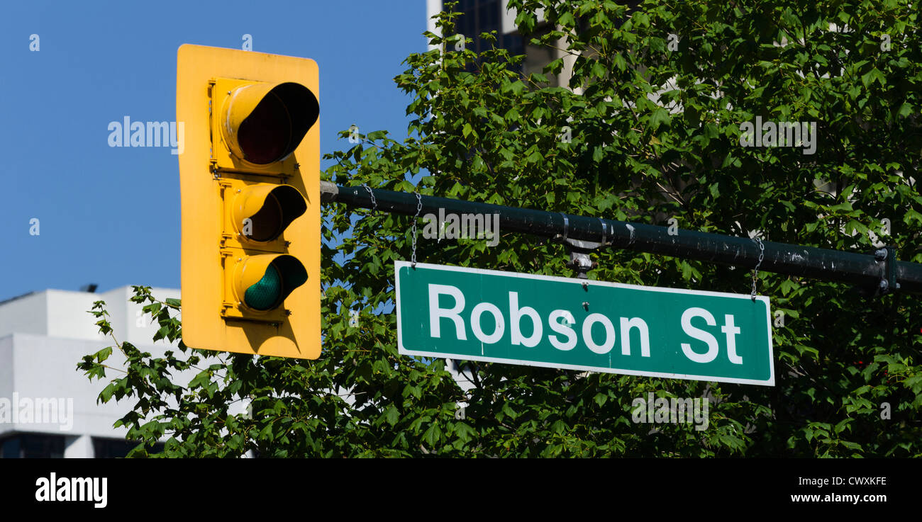 Señal de carretera y luz de parada de Robson Street, Vancouver, Canadá Foto de stock
