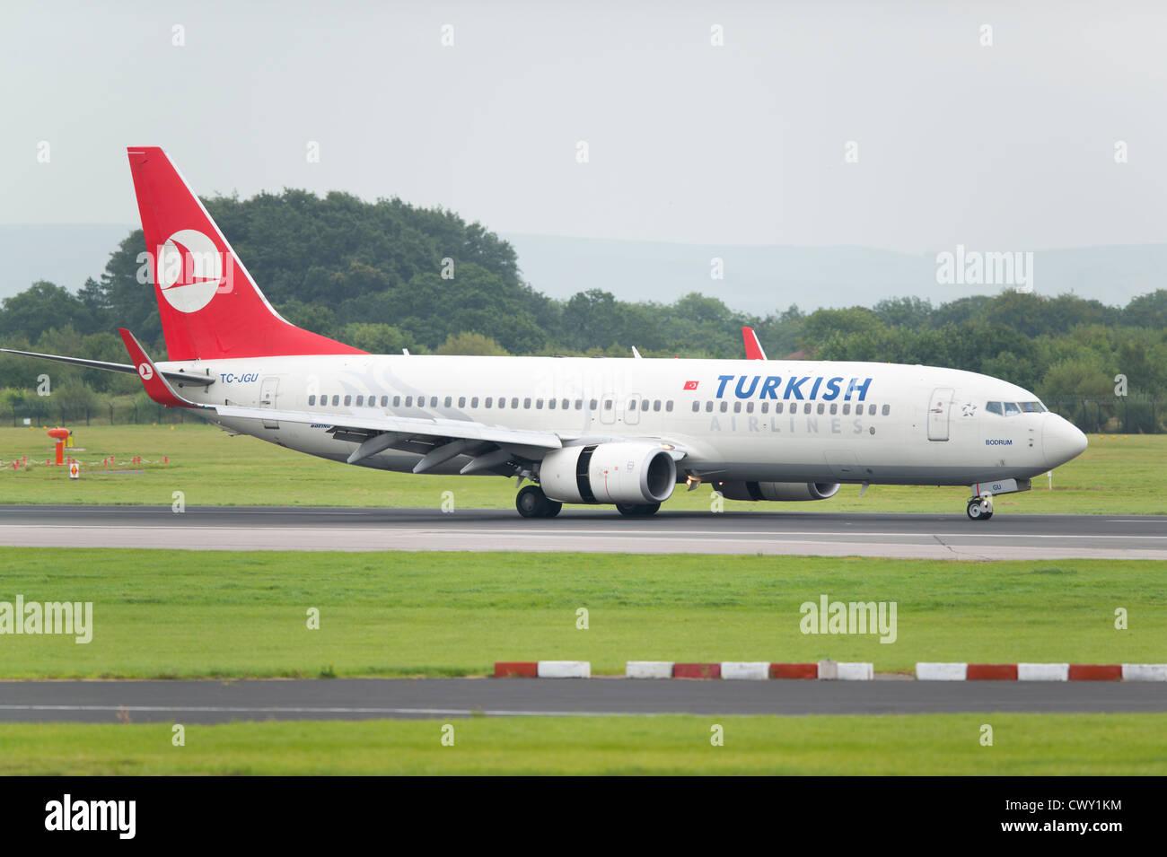 Un Boeing 737 de United Airlines a punto de despegar del aeropuerto internacional de Manchester (uso Editorial solamente) Foto de stock