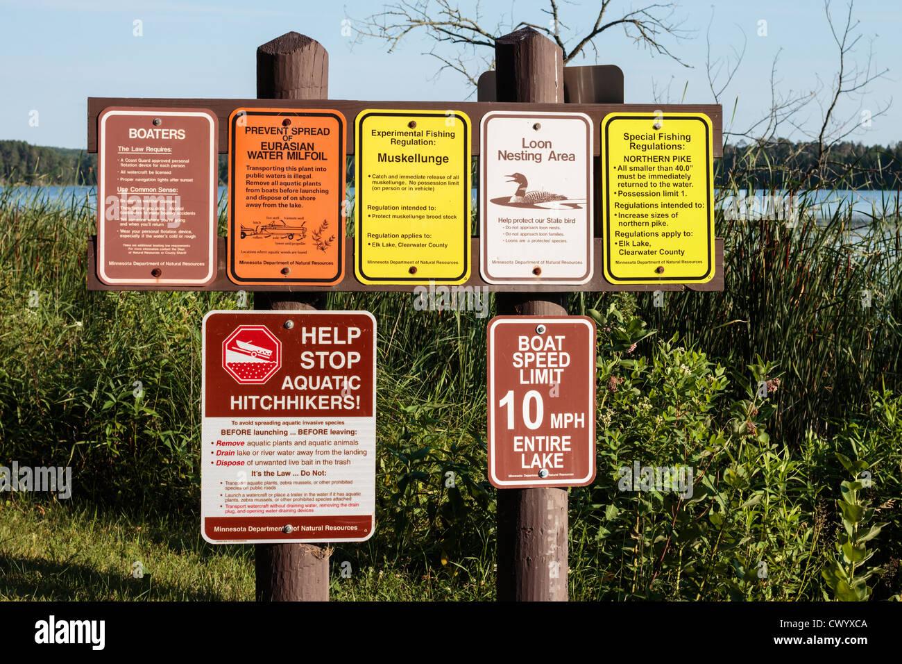 Múltiples signos explicando recreativos al aire libre directrices para la pesca y los paseos en barco - lago Imagen De Stock