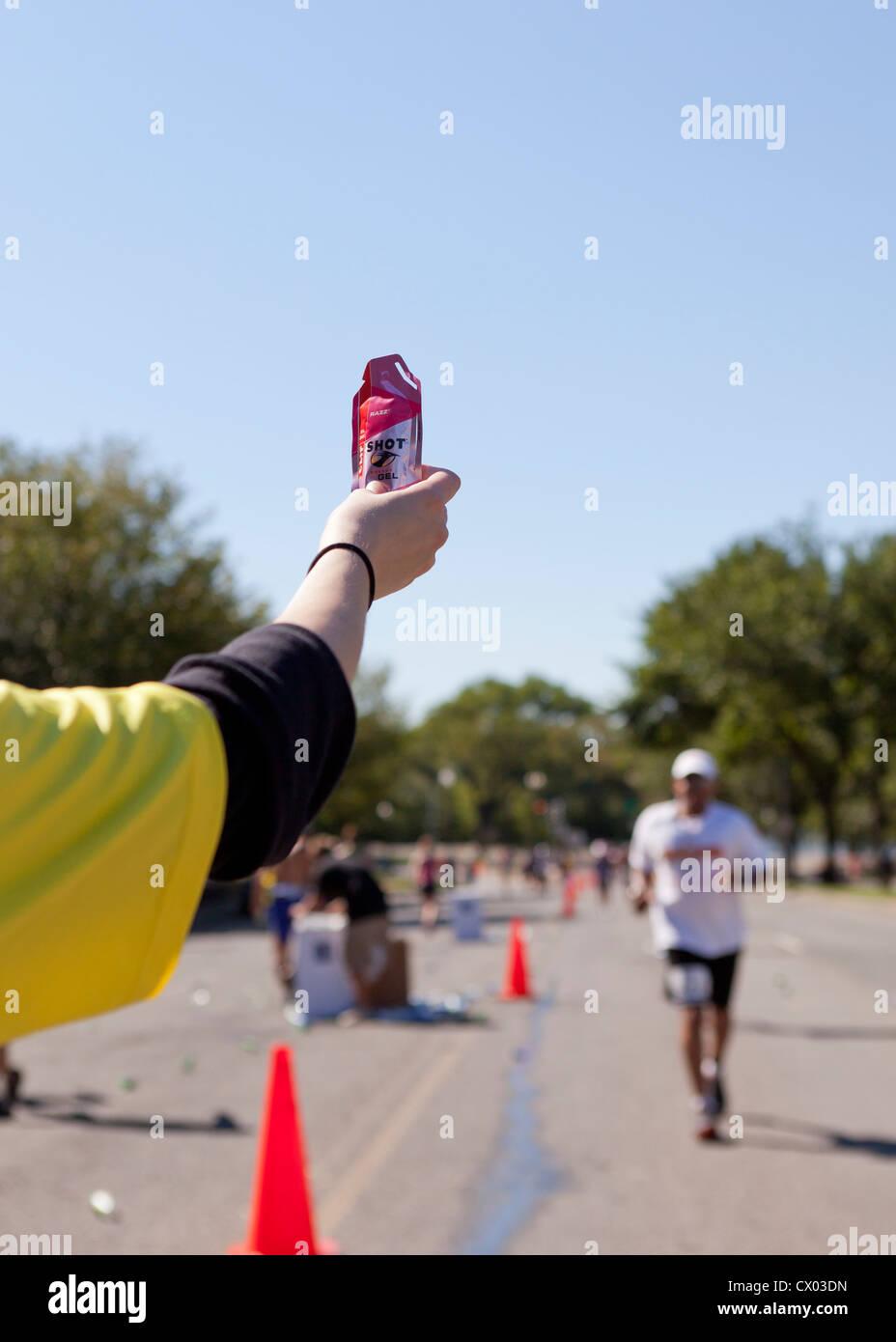 Un maratón ofreciendo voluntarios energy gel para runner - EE.UU. Imagen De Stock