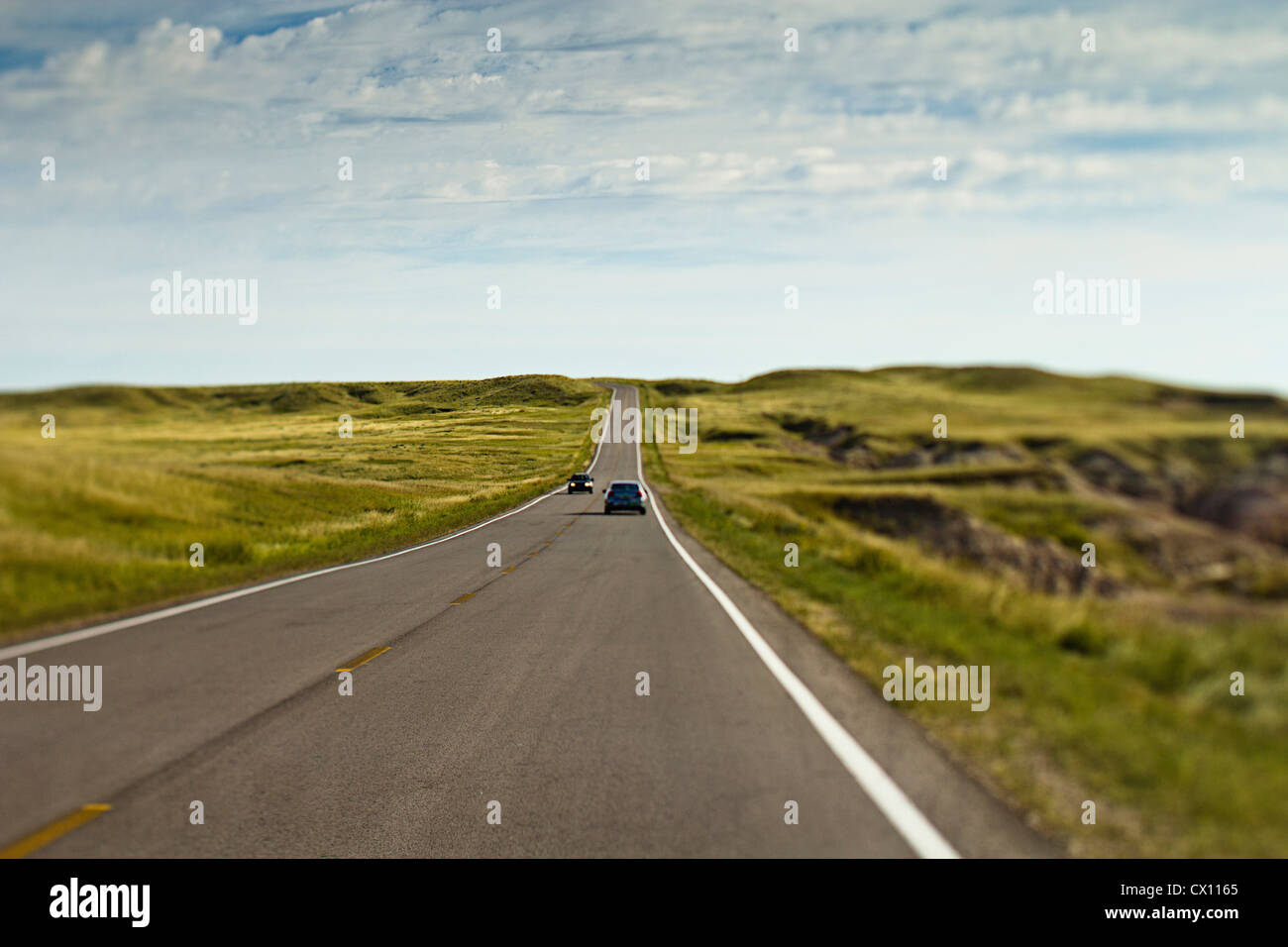 Coches en carretera abierta, Wyoming, EE.UU. Foto de stock