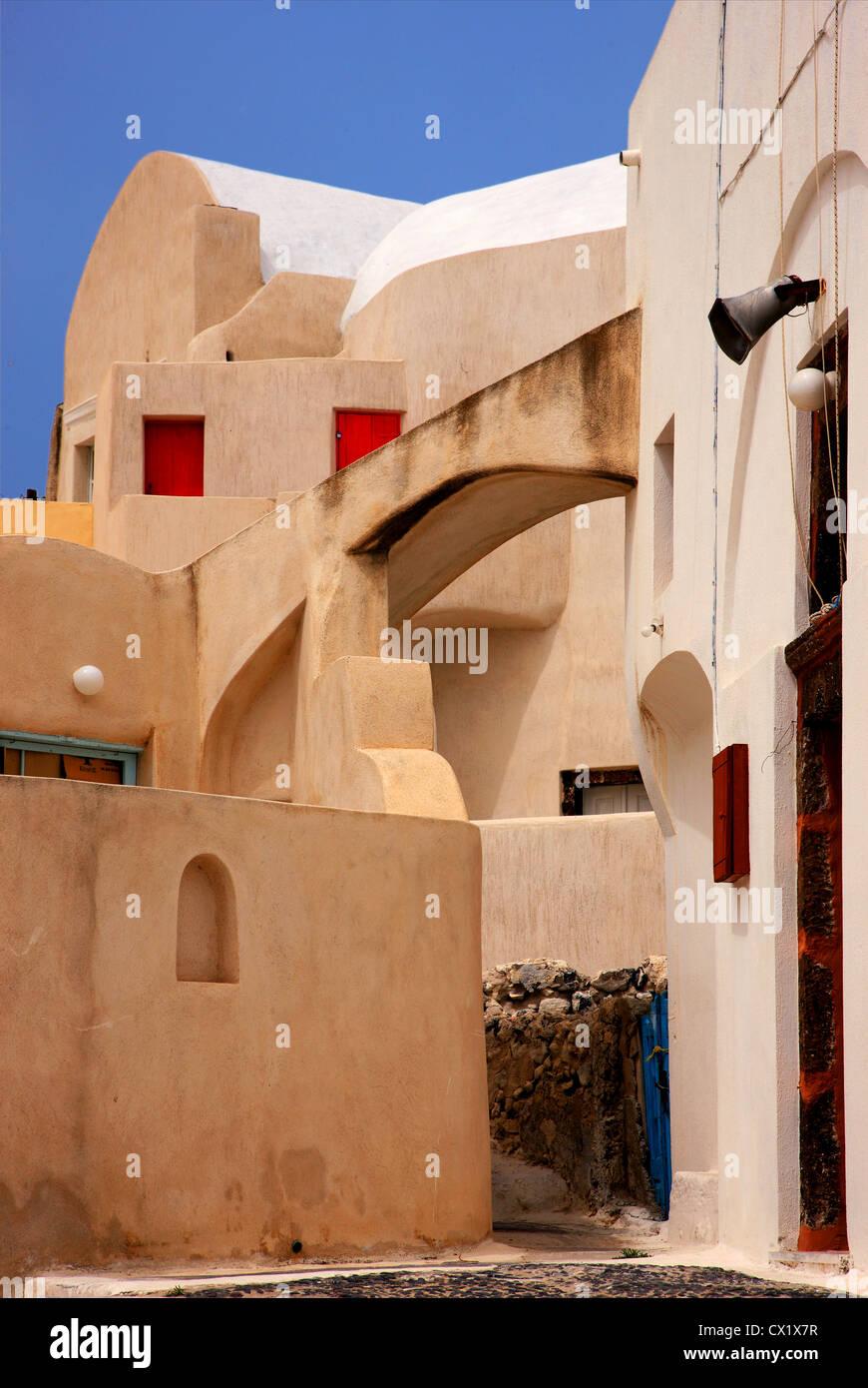 La impresionante arquitectura en la parte vieja de Embourios Village, en el interior de la isla de Santorini, Cícladas, Imagen De Stock