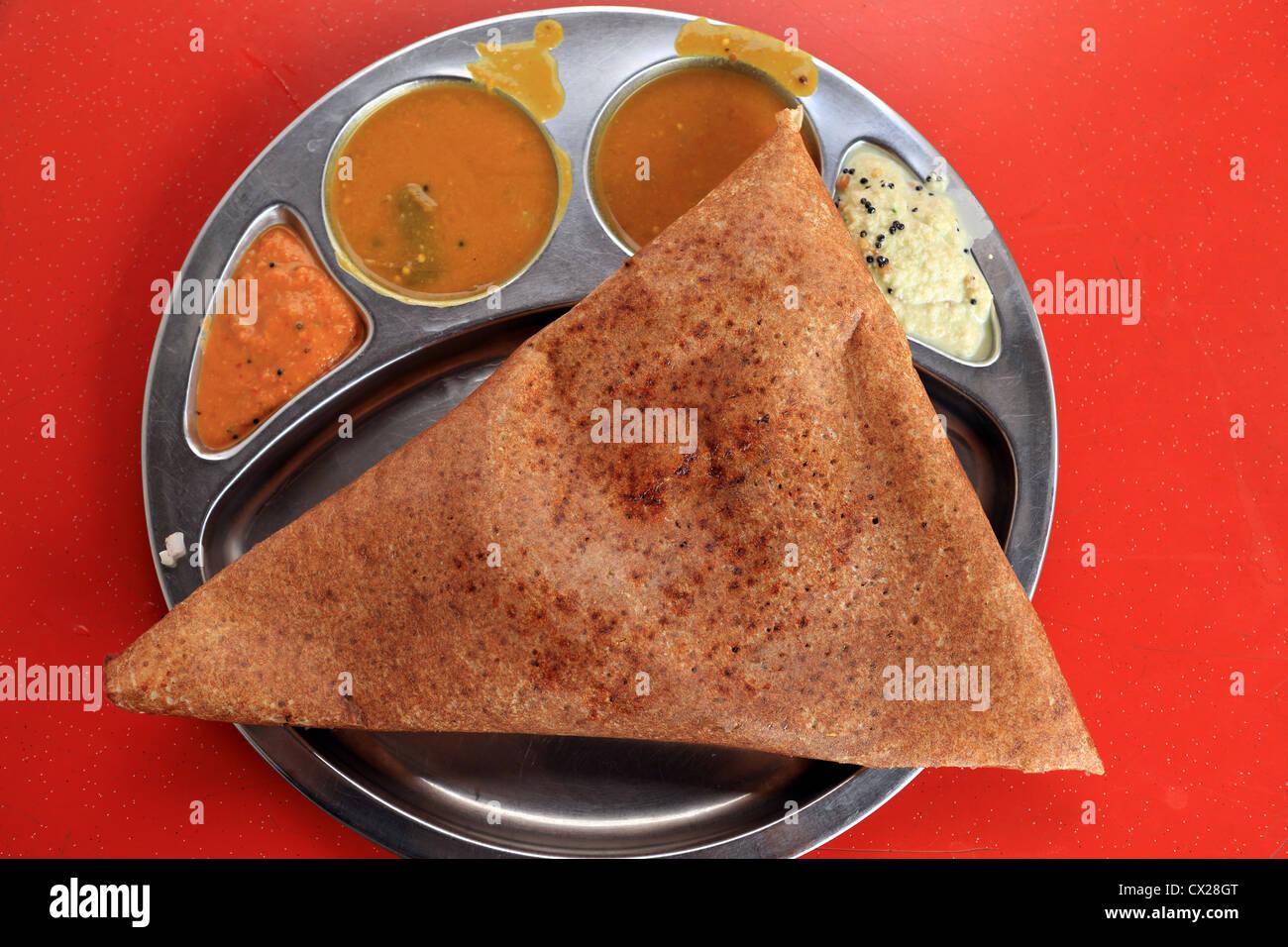 Cordero triángulo dosa thosai comida en Little India, Singapur. Imagen De Stock