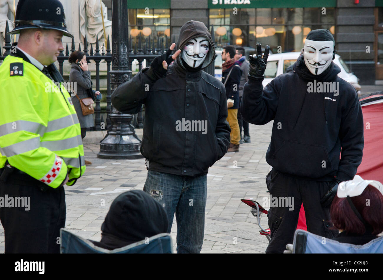 La Catedral de St Paul POLICÍA JUNTO A manifestante contra el capitalismo Imagen De Stock