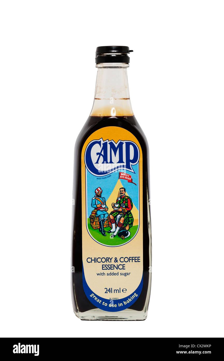 Una botella de Camp de café y café de achicoria esencia sobre un fondo blanco. Imagen De Stock