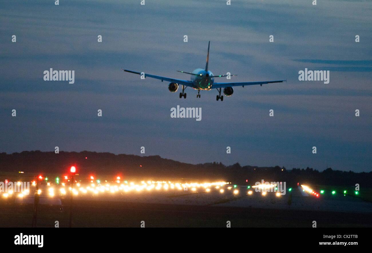 Avión de pasajeros acercándose a el Aeropuerto Internacional de Dusseldorf. Alemania. Foto de stock