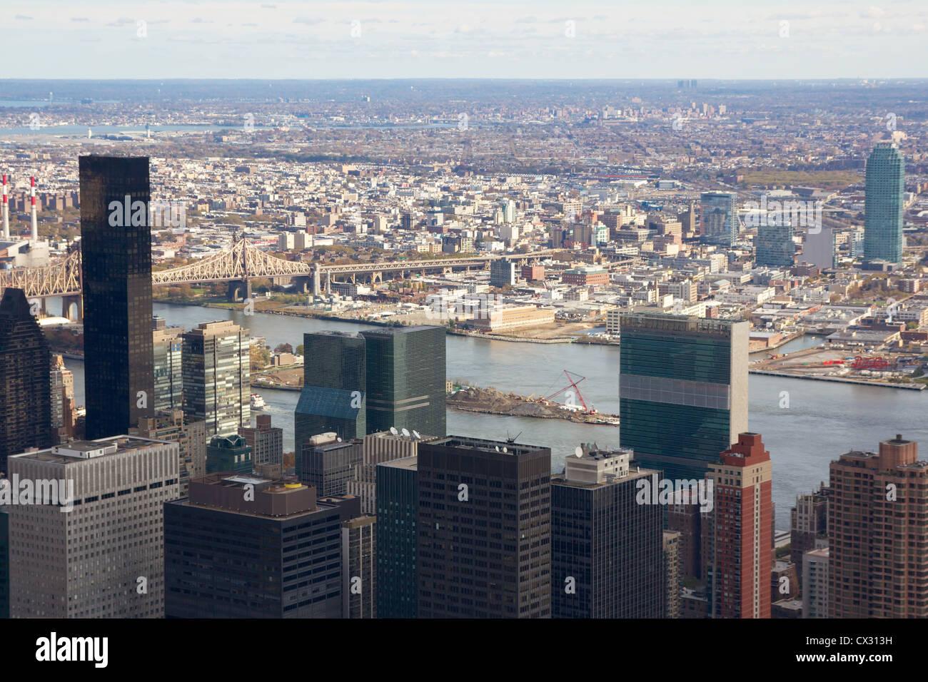 Vistas a la ciudad de Nueva York Midtown Manhattan pasado la sede de la ONU hacia lotes vacíos que están ahora en Foto de stock