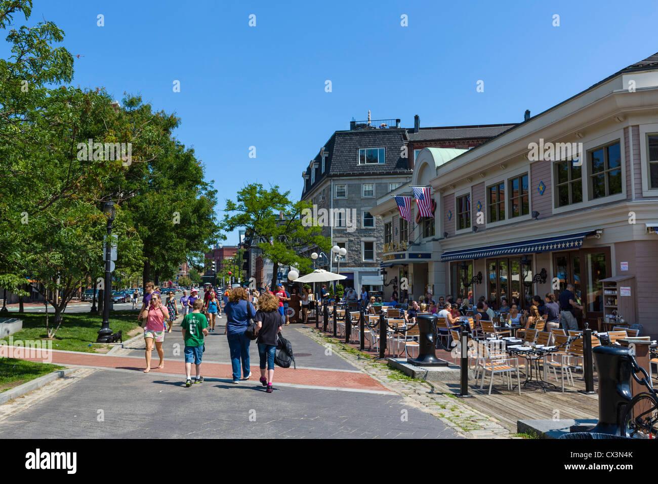 Harborwalk con Joe's American Bar y Grill a la derecha, el puerto de Boston, Boston, Massachusetts, EE.UU. Imagen De Stock