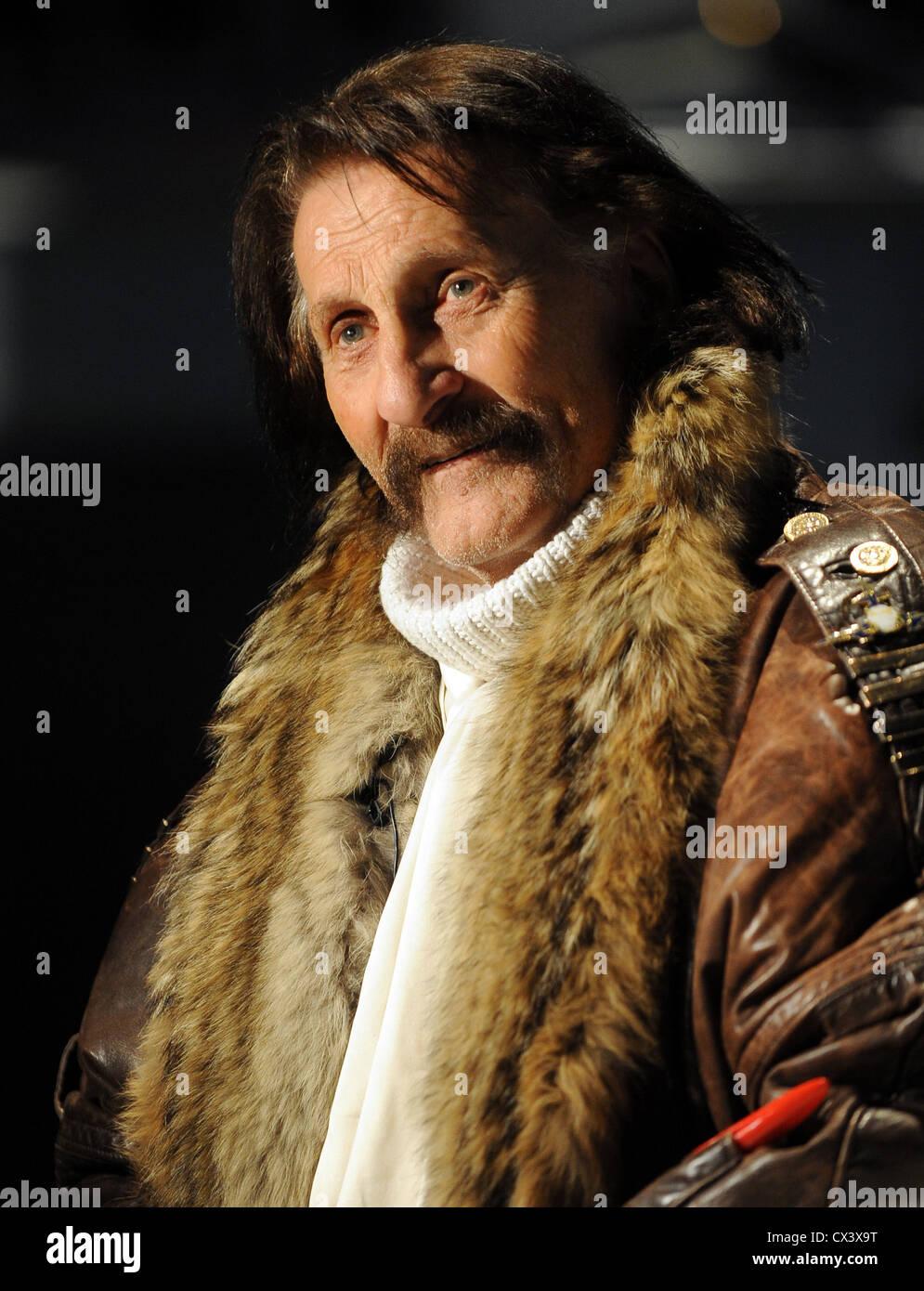Moscú, Rusia. El 5 de octubre de 2010. Diseñador industrial alemán Luigi Colani aparece en la apertura Imagen De Stock