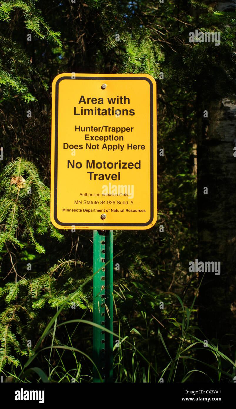 Un departamento de Recursos Naturales de Minnesota signo denota una zona con limitaciones en el norte de Minessota. Imagen De Stock