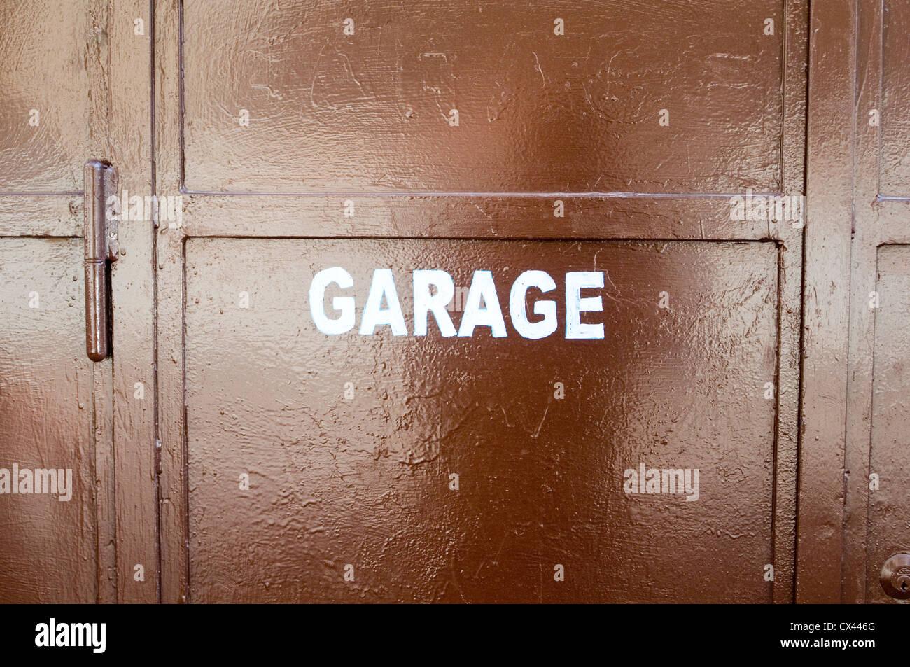 Garaje garajes alquiler reparación reparaciones mecánicas mecánico reparar coches Imagen De Stock