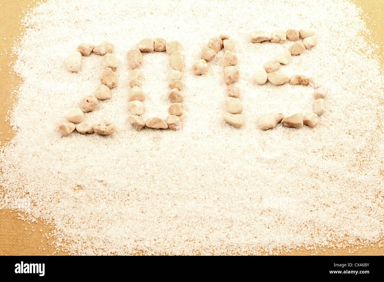 Año nuevo 2013 escrito con guijarros. Foto de stock