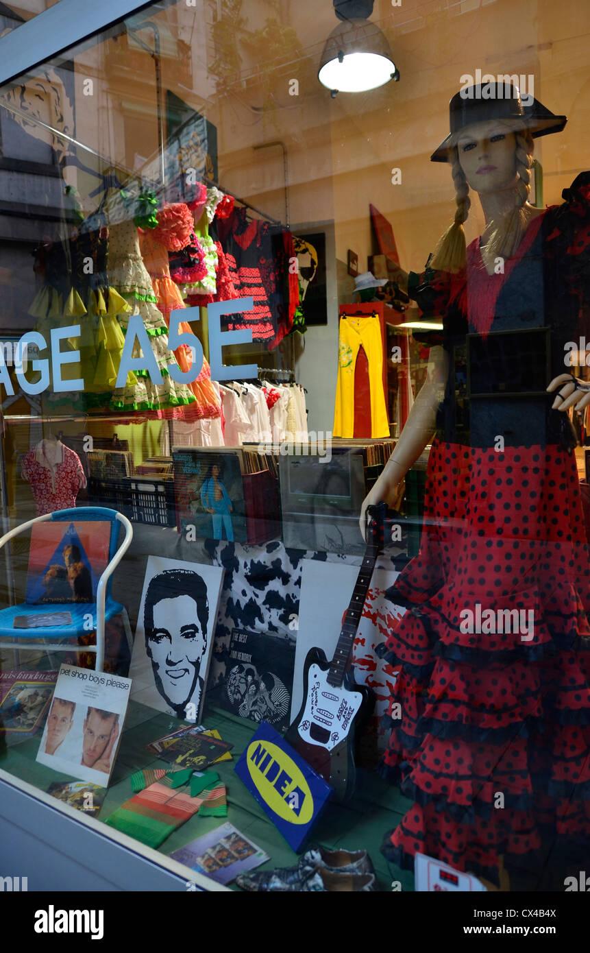 Extraño escaparate en una tienda de barrio nacido en Barcelona Imagen De Stock