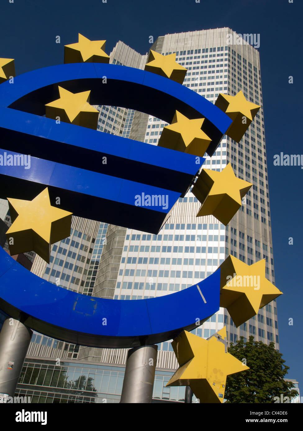Gran signo de euro fuera de la sede del Banco Central Europeo (BCE) en Frankfurt Alemania Foto de stock