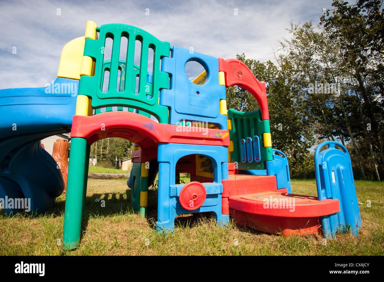Equipo de juegos para niños en un jardín en Fort McKay ...