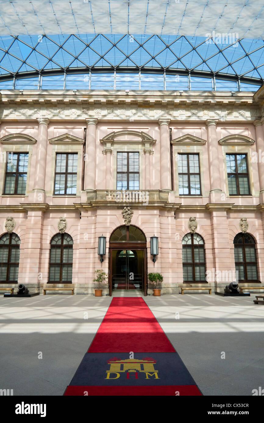 Interior moderno atrio con techo de cristal en el Museo Histórico Alemán de Berlín en Alemania Foto de stock
