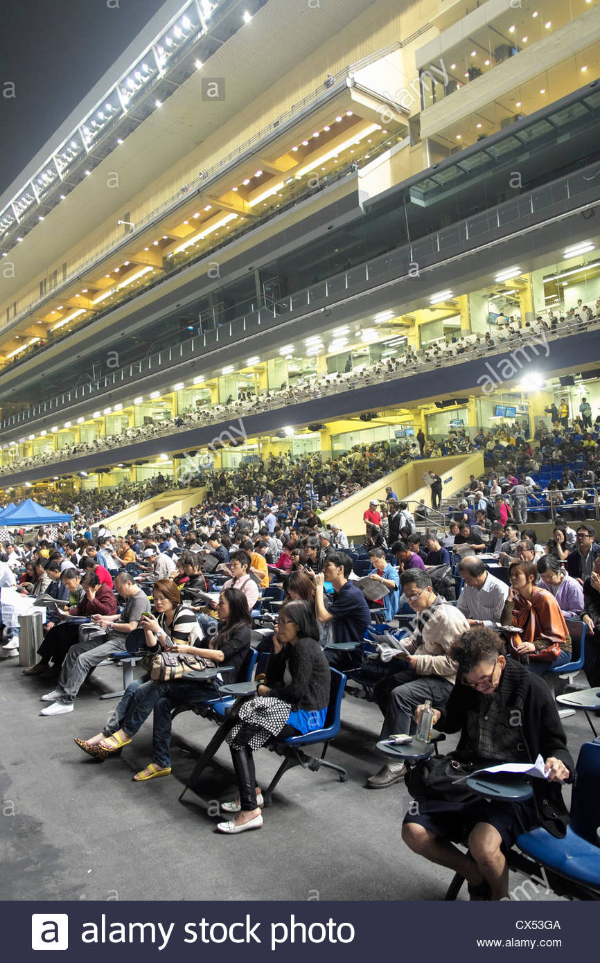 Multitudes de espectadores en la tribuna en las carreras de caballos en Happy Valley Stadium en Hong Kong Imagen De Stock