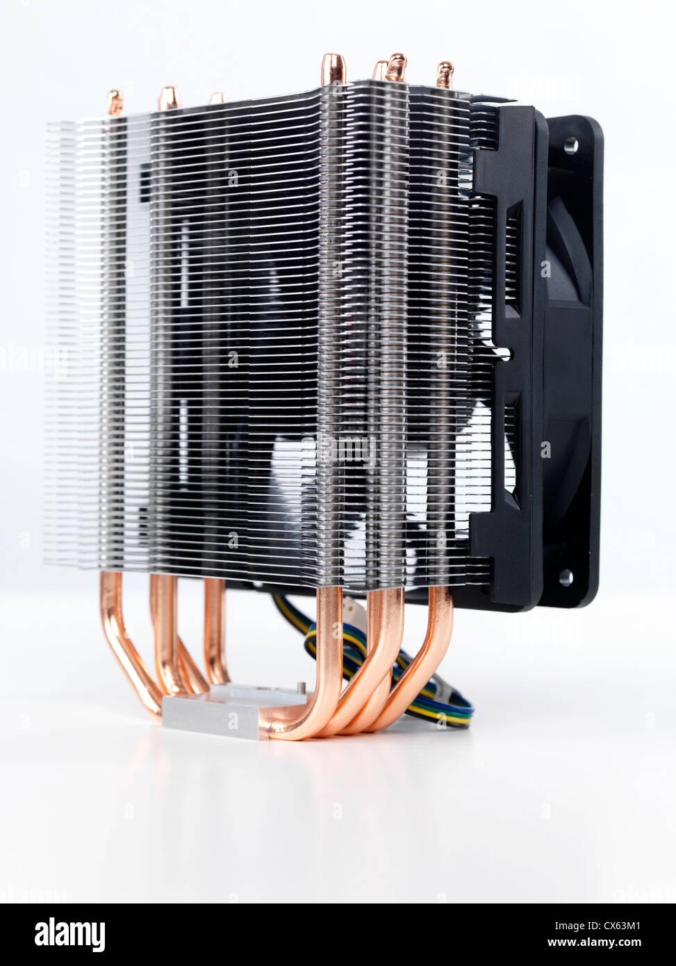 Closeup de procesador del equipo refrigerador con un disipador de calor y un ventilador aislado sobre fondo blanco. Imagen De Stock