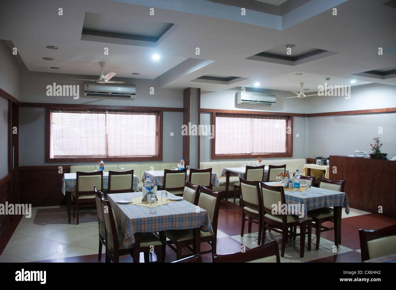 Interior de un restaurante con grandes ventanas vacías Imagen De Stock