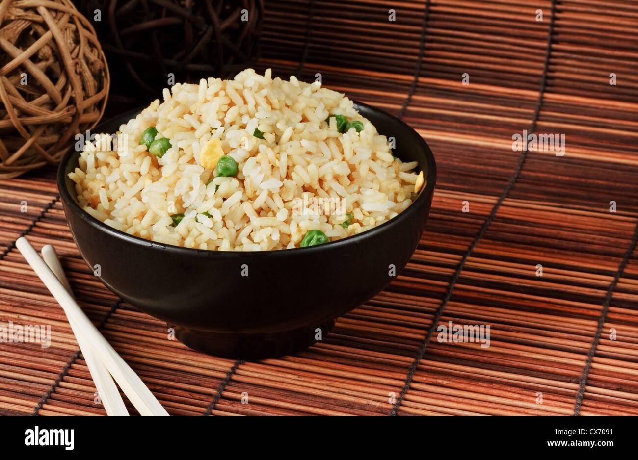 Cuenco de Arroz frito con huevo un excelente orden lado con comida china. Imagen De Stock