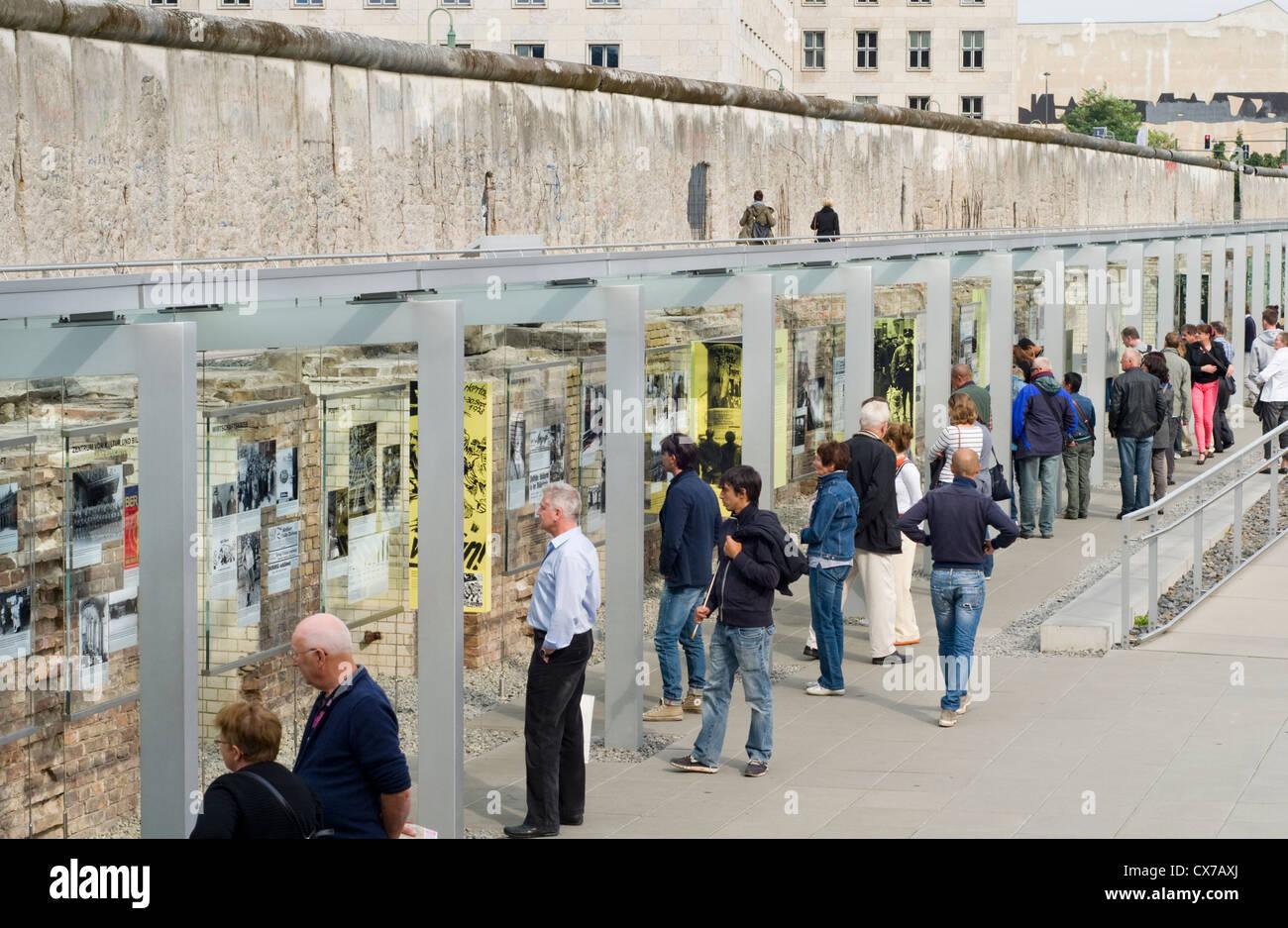 Los turistas en el museo al aire libre de Topografía del Terror en Berlín, Alemania, que incluye una sección conservada Foto de stock